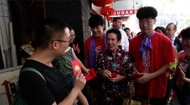 Wali Kota Sydney, Clover Moore menyapa masyarakat, sambil membagikan amplop merah alias angpao saat Imlek.