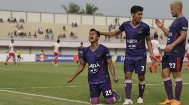 Para pemain Persita Tangerang merayakan gol yang dicetak Sirvi Arfani ke gawang Persibat Batang pada laga Liga 2 di Stadion Sport Center, Tangerang, Selasa (2/7). Persita menang 4-0 atas Persibat. (Bola.com/Vitalis Yogi Trisna)