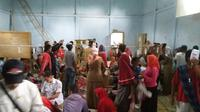 Akibat korban keracunan yang membludak, sebagian pasien terpaksa dirawat di aula desa dan puskesmas tetangga terdekat. (Liputan6.com/Jayadi Supriadin)