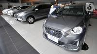 Pekerja membersihkan mobil Datsun Go+ Panca di Diler Nissan kawasan Pulogadung, Jakarta, Rabu (27/11/2019). PT Nissan Motor Indonesia berencana untuk menghentikan produksi Datsun di Indonesia pada 2020 mendatang. (merdeka.com/Iqbal Nugroho)