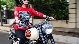Tidak hanya bersepeda, Wika Salim pun ternyata bisa naik moge. Baru-baru ini ia pun mencoba naik moge asal pabrikan Inggris. Ternyata tidak hanya berfoto bareng moge tersebut, Wika Salim pun lihai saat menggunakannnya untuk riding bareng. (Liputan6.com/IG/@wikasalim)