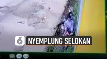 Beredar video remaja perempuan bonceng tiga naik motor akhirnya nyemplung selokan.