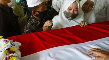 Tangisan istri Pelda Anumerta Rama Wahyudi, Anita, di dekat peti jenazah prajurit TNI gugur di Kongo itu.