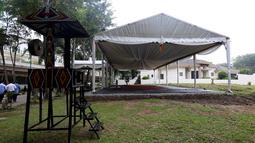 Sebuah tenda terpasang di lokasi acara ngunduh mantu Kahiyang Ayu dan Bobby Nasution di Komplek Bukit Hijau Regency, Medan, Kamis (23/11). Rangkaian upacara adat dan resepsi Kahiyang dan Bobby dilangsungkan 24-26 November. (Liputan6.com/Johan Tallo)