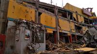 Sebuah bangunan pusat perbelanjaan yang roboh akibat gempa 5,9 Skala Richter di Palu, Sulawesi Tengah , Sabtu (29/9). Gelombang tsunami setinggi 1,5 meter yang menerjang Palu terjadi setelah gempa bumi mengguncang Palu dan Donggala. (AP Photo/Rifki)