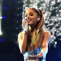 'Saya tidak meminta kamu untuk fokus pada pakaian, wajah, tubuh, atau suara saya ketika saya menyanyi,' ungkap Ariana Grande. (AFP/Bintang.com)