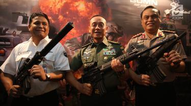 Direktur Utama PT Pindad Abraham Mose, KSAD Jenderal TNI Mulyono, Wakapolri Komjen Syafruddin memamerkan senjata dalam acara pemberian hadiah lomba tembak AARM-27/2017 dan AASAM 17 di Jakarta, Rabu (27/12). (Liputan6.com/Johan Tallo)