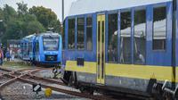 Kereta api bertenaga hidrogen pertama di dunia tiba di stasiun untuk memulai layanan komersial di Bremervoerde, Jerman, 16 September 2018. Kereta itu sendiri bebas emisi, tetapi produksi hidrogen melepaskan beberapa emisi. (AFP / Patrik STOLLARZ)