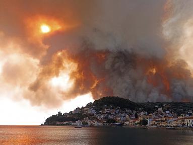Api berkobar di gunung dekat Desa Limni, Pulau Evia, sekitar 160 kilometer (100 mil) utara Athena, Yunani, Selasa (3/8/2021). Yunani bergulat dengan gelombang panas terburuk dalam beberapa dasawarsa. (AP Photo/Michael Pappas)