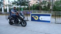 Pengunjung menjajal Honda ADV 150 di area test ride GIIAS 2019. (AHM)