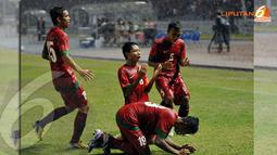 Evan Dimas (tengah) bersimpuh dan mengucap syukur usai mencetak gol ke gawang Korea Selatan