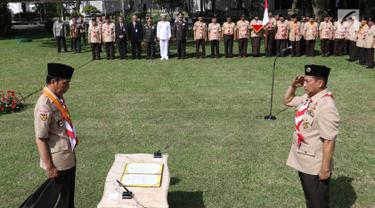 Komisaris Jenderal (Purn) Budi Waseso memberikan salam hormat kepada Presiden Joko Widodo (Jokowi) saat pelantikan Ketua Kwarnas Gerakan Pramuka masa bakti 2018-2023 di halaman Istana Merdeka, Kamis (27/12). (Liputan6.com/Angga Yuniar)