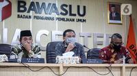 Ketua Bawaslu RI Abhan (tengah) saat menyampaikan keterangan pers di Kantor Bawaslu RI, Jakarta, Selasa (14/7/2020). Dari pengawasan verifikasi faktual bakal calon perseorangan, pengawas pemilihan menemukan 6.492 dokumen beridentitaskan ASN. (Liputan6.com/Faizal Fanani)