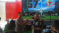 Kapolres Garut AKBP Dede Yudi Ferdiansah memberikan bingkisan kecil kue tart kepada Danrem 062 Tarumanagara Kolonel Parwito dalam perayaan HUT ke 57 Korem Tarumanagara di Garut, Jawa Barat (Liputan6.com/Jayadi Supriyadin)