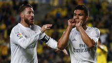 Gelandang Real Madrid, Casemiro, merayakan gol yang dicetaknya ke gawang Las Palmas pada laga La Liga Spanyol di Stadion Gran Canaria, Minggu (13/3/2016). Las Palmas takluk 1-2 dari Real Madrid. (Reuters/Juan Medina)