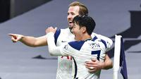 Striker Tottenham Hotspur, Harry Kane, bersama Son Heung-min melakukan selebrasi usai mencetak gol ke gawang Arsenal pada laga Liga Inggris di London, Minggu (6/12/2020). Tottenham menang dengan skor 2-0. (Glyn Kirk/Pool via AP)