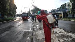 Petugas pemadam kebakaran menunggu bus AKAP untuk disemprot disinfektan di Terminal Kampung Rambutan, Jakarta, Minggu (23/5/2021). Penyemprotan rutin dilakukan kepada bus AKAP dan penumpang selama arus mudik Lebaran sebagai langkah mencegah penyebaran Covid-19. (merdeka.com/Iqbal S Nugroho)