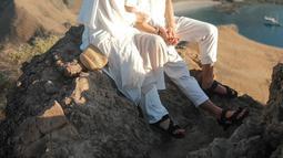 Rupanya baju putih sudah menjadi outfit andalan Dinda Hauw. Seperti saat berlibur dengan sang suami, Rey Mbayang. Dinda Hauw dan Rey Mbayang tampil kompak mengenakan setelan baju berwarna putih. (Liputan6.com/IG/@dindahw)