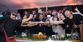 Perayaan ulang tahun satu tahun penayangan sinetron Anak Langit berlangsung meriah. Para pemain dan tim produksi hadir dalam acara tersebut. (Nurwahyunan/Bintang.com)