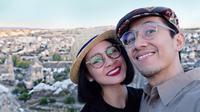 Lets take a selfie! Selfie menjadi hal wajib bagi setiap pasangan yang sedang berlibur. Kali ini Andien bersyukur dapat melakukan perjalanan ke kota indah di Turki tersebut. (via instagram/@andienaisyah)