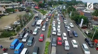 Jelang libur Natal 2018 dan pergantian tahun 2018-2019, kawasan Puncak Jawa Barat dipadati oleh kendaraan yang dibawa para wisatawan.