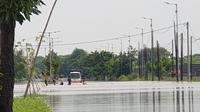 Jalan Porong Sidoarjo terendam banjir akibat hujan deras. (Dian Kurniawan/Liputan6.com)