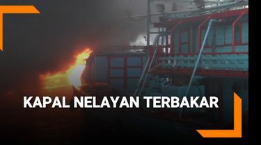 Sejumlah kapal nelayan yang sedang bersandar di Pelabuhan Muara Baru terbakar Sabtu (23/2) sore.