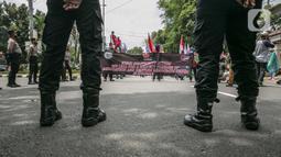 Sejumlah massa yang tergabung dalam KSBSI melakukan aksi solidaritas di depan Kedubes Myanmar, Jakarta, Rabu (10/3/2021). Dalam aksi solidaritas tersebut massa mengutuk keras atas kudeta militer dan mendesak penegakan demokrasi serta perlindungan HAM di Myanmar. (Liputan6.com/Faizal Fanani)