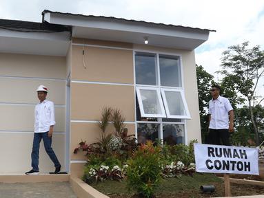 Presiden Joko Widodo didampingi Ibu Negara Iriana meninjau rumah contoh perumahan Persatuan Pencukur Rambut Garut (PPRG) di Garut, Jawa Barat, Sabtu (19/1). (Liputan6.com/Angga Yuniar)