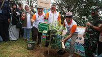 Gubernur Jawa Barat Ridwan Kamil turut menanam pohon di Kawasan Bandung Utara tepatnya di Desa Cimenyan, Kabupaten Bandung. (Liputan6.com/Huyogo Simbolon)