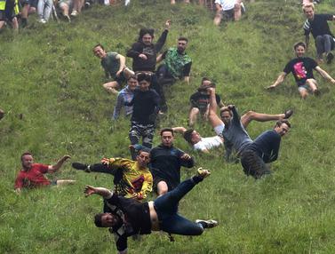 Sensasi Mengejar Keju di Bukit Curam