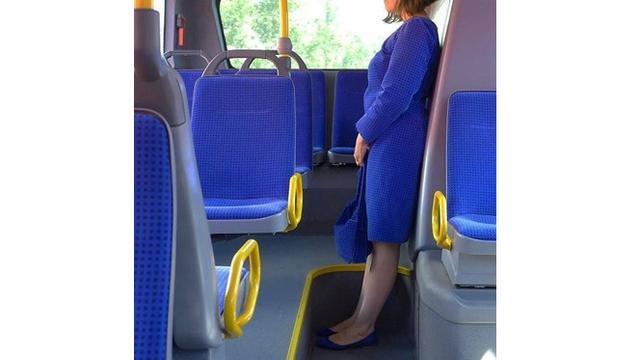 6 Kejadian Tak Disengaja di dalam Bis Ini Bikin Senyum