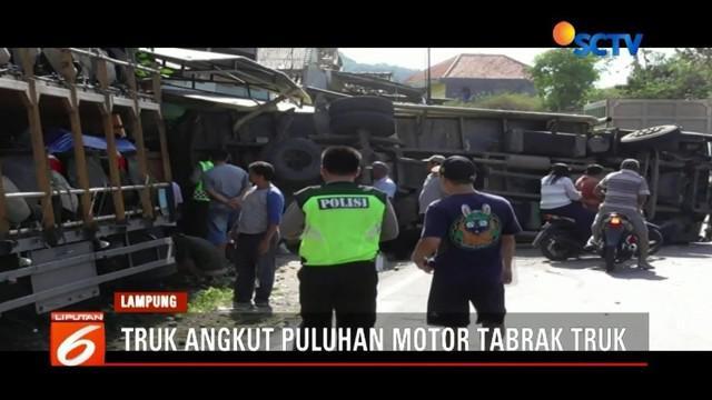 Sebuah truk naas terguling dan menghalangi sebagian badan jalan di Desa Hatta, Bakauheni, Lampung, setelah ditabrak truk lain bermuatan puluhan unit sepeda motor.