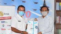 Secara Simbolis Bantuan Alat Pelindung Diri (APD) Diserahkan oleh Bapak Imam Sudjarwo - Ketua Umum YPP kepada Marsekal TNI Purnawirawan Djoko Suyanto - Ketua Umum Perhimpunan Purnawirawan Angkatan Udara (PPAU) (dok. EMTEK)