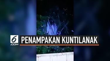 Seorang pekerja merekam momen mengejutkan. Sosok mirip kuntilanak muncul di pohon. Dikabarkan, peristiwa ini terjadi di sebuah perusahaan yang berada di Kalimantan Timur. Namun, belum diketahui kebenaran dari rekaman tersebut.