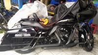 Polisi mengamankan Harley Davidson yang menabrak nenek di Bogor hingga meninggal. (Achmad Sudarno/Liputan6.com)
