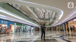 Petugas kebersihan membersihkan lantai saat beroperasinya mall di Lippo Mall Puri, Jakarta, Senin (15/6/2020). Lippo Malls di wilayah Jakarta kembali beroperasi pada pukul 12.00 – 20.00 WIB dengan menyiapkan protokol kesehatan guna mencegah penyebaran Covid-19. (Liputan6.com/Fery Pradolo)
