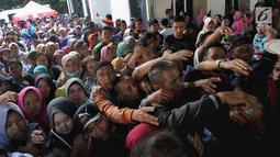 Warga berebut nomor antrean untuk mengajukan permohonan pencetakan E-KTP di Kantor Disdukcapil Kota Bogor, Jawa Barat (6/6). Antrean panjang  terjadi sejak pagi hari. (Merdeka.com/Arie Basuki)