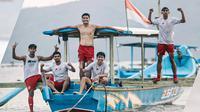 Pemain Persik mengisi waktu di sela-sela latihan fisik di Pantai Prigi, Kabupaten Trenggalek. (Instagram Persik Official).