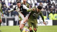 Gelandang Juventus, Adrien Rabiot, berebut bola dengan pemain Cagliari, Nahitan Nandez, pada laga Serie A di Stadion Juventus, Turin, Senin (6/1/2020). Juventus menang 4-0 atas Cagliari. (AP/Marco Alpozzi)