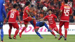 Pemain depan Arema FC, Ricky Kayame (tengah) berebut bola dengan pemain Persija pada lanjutan Shopee Liga 1 Indonesia 2019 di Stadion Gelora Bung Karno, Jakarta, Sabtu (3/8/2019). Laga berakhir imbang 2-2. (Liputan6.com/Helmi Fithriansyah)