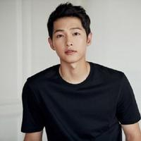 Dalam drama terbaru itu, Song Joong Ki akan beradu akting dengan Kim Ji Won. Seperti diketahui, Song Joong Ki dan Kim Ji Won pernah beradu akting di Descendants of the Sun. (Foto: Soompi.com)