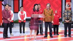 Direktur PT. SRCIS Henny Susanto menandatangani kolaborasi dan digitalisasi untuk mendukung kemajuan UMKM di Indonesia di Jakarta, Sabtu (19/12/2020). Kolaborasi yang didukung digitalisasi akan bergerak maju dan memperluas jangkauan masyarakat terhadap produk – produk UMKM. (Liputan6.com/Pool)
