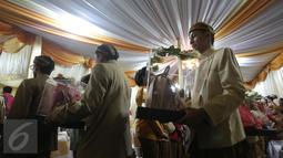 Rombongan keluarga Presiden yang diutus membawa cinderamata tiba di kediaman calon mempelai wanita, Solo, Rabu (10/6/2015). Dalam adat Jawa, pemberian cinderamata atau seserahan ini disebut Midodareni. (Liputan6.com/Faizal Fanani)
