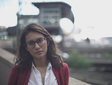 FOTO: Gaya Raihaanun Saat Tampil Memakai Kacamata, Bak Anak Muda