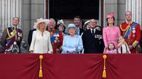 Keluarga kerajaan Inggris menyaksikan Trooping the Color Parade di balkon Istana Buckhingham, London, Sabtu (17/6) (CHRIS J RATCLIFFE / AFP)