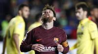 Striker Barcelona, Lionel Messi, tampak kecewa usai gagal mencetak gol ke gawang Villarreal pada laga La Liga, di Stadion De La Cerramica, Minggu (10/12/2017). Barcelona menang 2-0 atas Villarreal. (AP/Alberto Saiz)