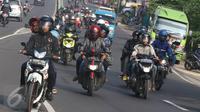 Arus kendaraan yang melintas di kawasan Simpang Jomin, Karawang, Jumat (1/7). Memasuki H-5 Lebaran, suasana arus mudik sudah mulai terasa di kawasan itu, meskipun masih relatif sedikit. (Liputan6.com/Immaniel Antonius)