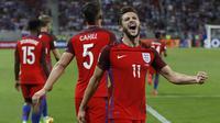 Gelandang Inggris, Adam Lallana, merayakan gol yang dicetaknya ke gawang Slovakia pada laga kualifikasi Piala Dunia 2018 di Stadion Antona Malatinskeho, Trnava, Slovakia, Minggu (4/9/2016). Inggris menang 1-0 atas Slovakia. (Reuters/Carl Recine)