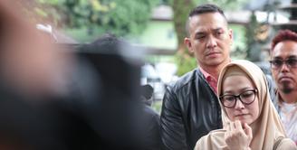 Sebelumnya tersiar kabar artis senior Lyra Virna ditetapkan tersangka atas pelaporan yang dilakukan oleh pemilik biro perjalanan haji Ada Travel. Selasa, (10/10) Lyra mendatangi Polda Metro Jaya untuk menjalani pemeriksaan. (Adrian Putra/Bintang.com)
